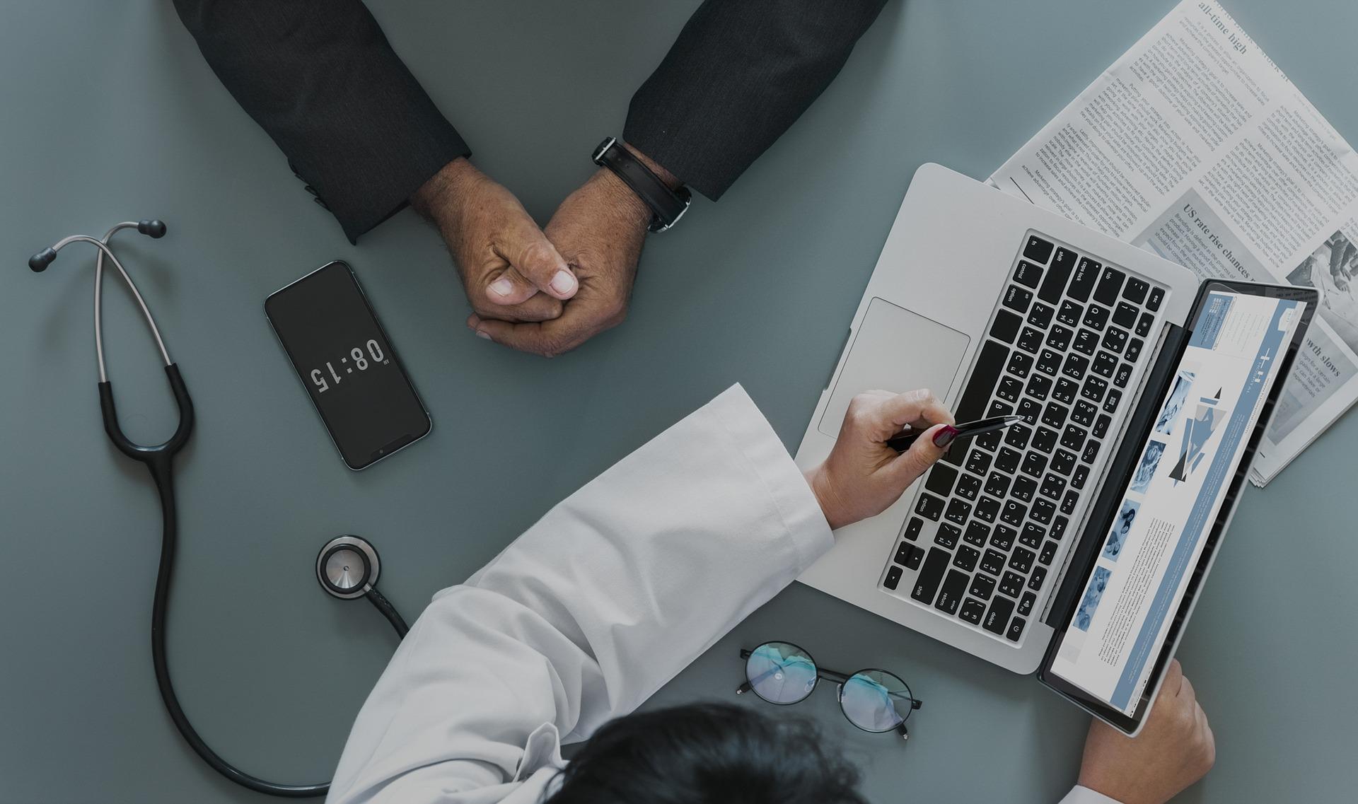 Un rendez-vous chez le medecin devant un ordinateur