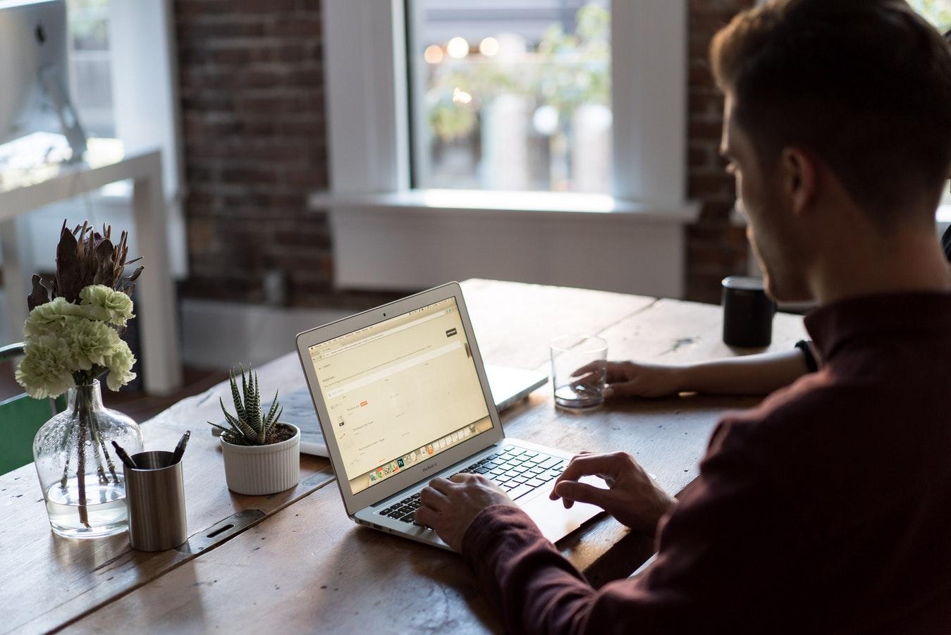 Jeune entrepreneur qui s'occupe de la gestion de son site e-commerce