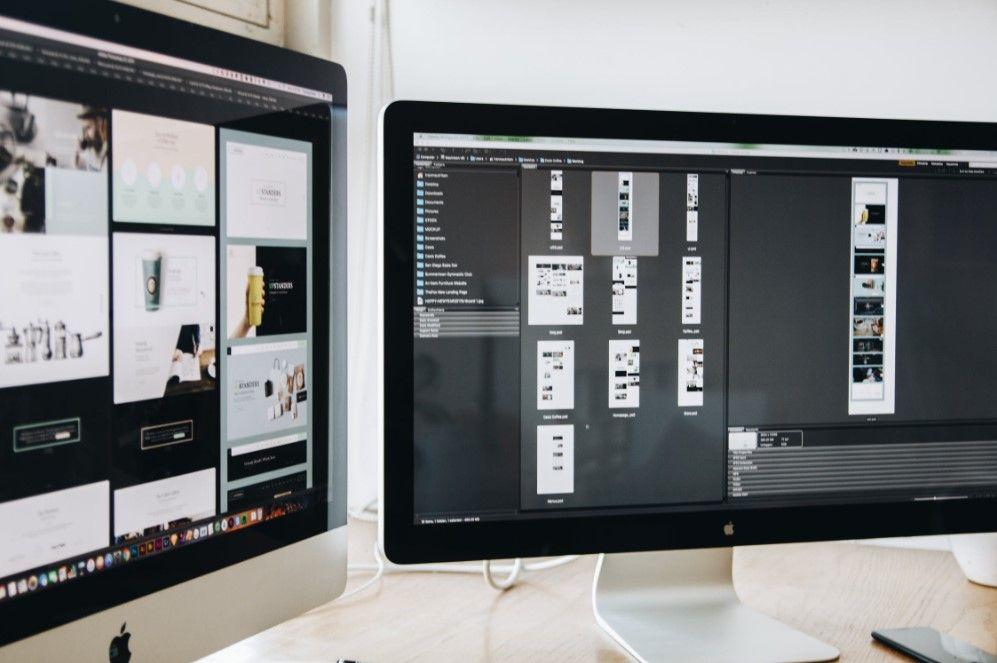 Webdesigner freelance qui travaille sur son ordinateur